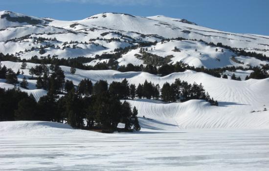 lac des bouillouses sous la glace