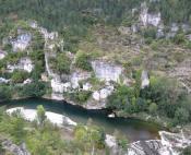 En surplomb du Tarn et ses eaux vertes