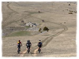 Connaissant la region comme sa poche, votre guide vous emmene decouvrir ses parcours favoris : single track, sentiers en sous bois, pistes traversant le causse, descente tonique dans les gorges